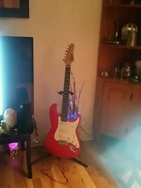 white and red electric guitar 510 km