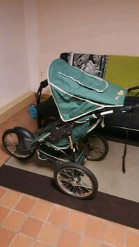 baby's green and black jogging stroller 33 mi