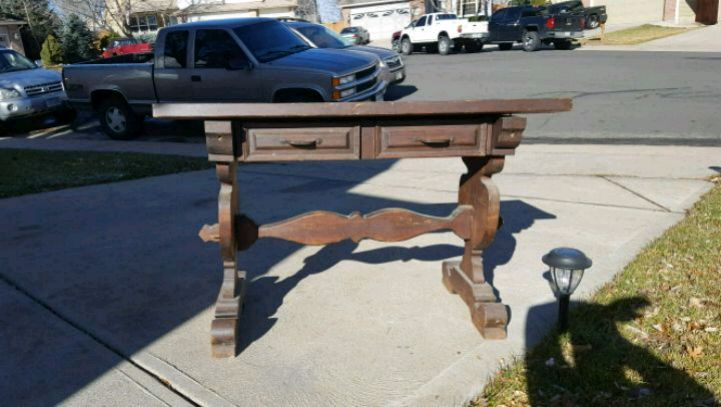 Photo ANTIQUE desk with drawers. It's in great shape