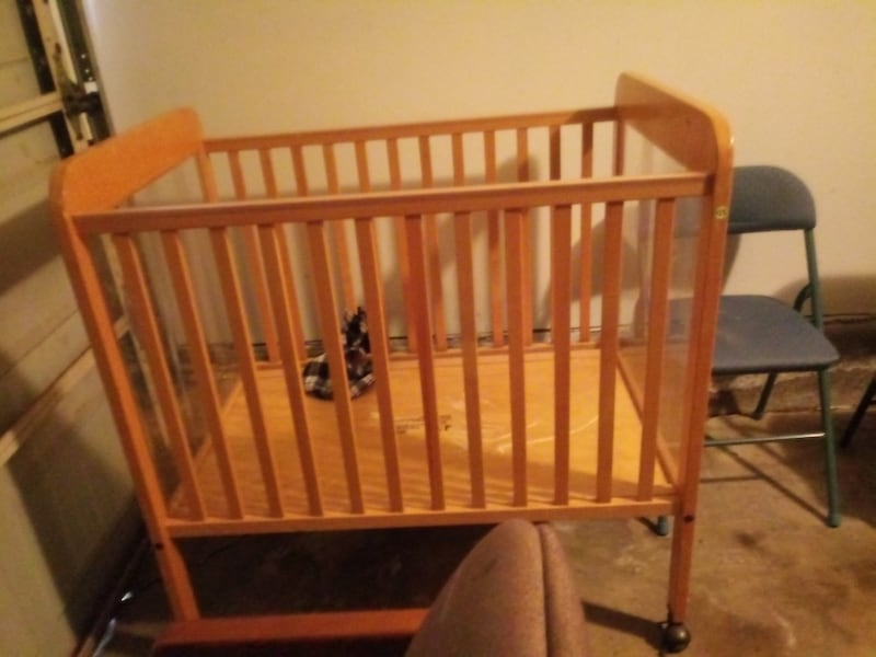 Baby crib with see through sides in the crib 587daceb-0223-4ebe-9073-3736de58d52f