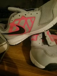Girl nikes only used once 2youth