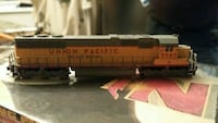 yellow and grey Union Pacific locomotive diecast scale model Montréal, H1E 4M7