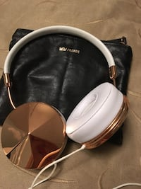 Rose Gold FRENDS headphones with case Mississauga, L5M 6E2