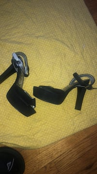 pair of black leather heeled sandals Oakland, 94601