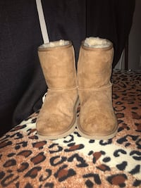 125$ going for 30$  Worn Ugg's size 6 in women's 30$   San Jose, 95133