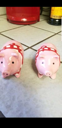 Two little pig salt and pepper shakers