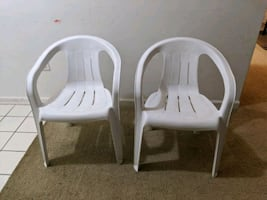 Set of 2 stackable plastic chairs