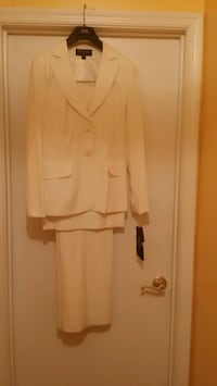 Ladies three (3) piece suit Baltimore, 21244