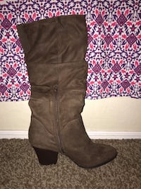 Pair of brown suede knee-high boots with small heel. Never worn  Surprise, 85374