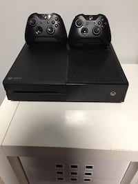 Xbox one console with two controllers Toronto, M3A 3M3