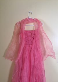 Beautiful prom dress with adjustable back lace and shawl. Size M Montréal, H1R 2A1