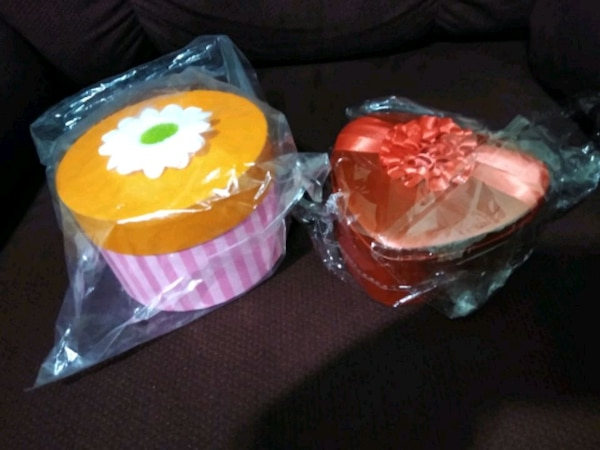 Two brand-new gift containers 00089695-4563-4281-8187-eae348921782