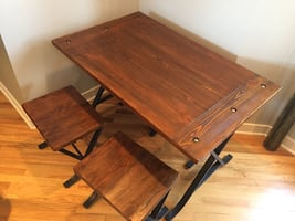 Small kitchen table and 4 stools