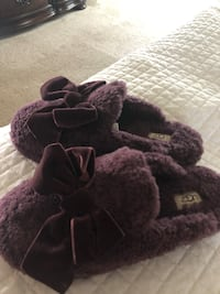 UGG SLIPPERS NEW IN BOX!! Size 8, color is wine PENDING PICKUP Pedricktown, 08067