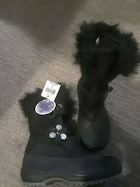 Girls winter boots size fits like 13 or 1. Brand n Kitchener