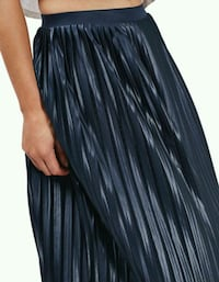BNWT PLEATED MIDI SKIRT Toronto, M5B 2H5