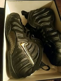 pair of black Nike Foamposite Pro shoes with box 383 mi