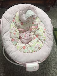 baby's white and green bouncer Coquitlam, V3C 4J6