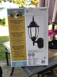 Outdoor motion sensor wall lamp in excellent condition Bergenfield, 07621