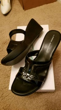pair of black leather open-toe wedge Los Angeles, 91406