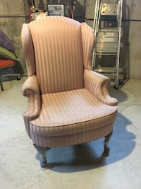 Needs to be upholstered. Great condition just that a piece in the back is ripped 534 km