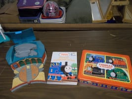 THOMAS TRAIN STATION/BOOK /CASE WITH TRAINS