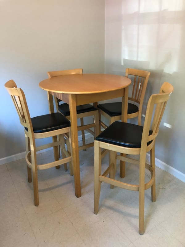 Table and four chairs 346de479-dcab-4313-b1ef-5df44d4c234c