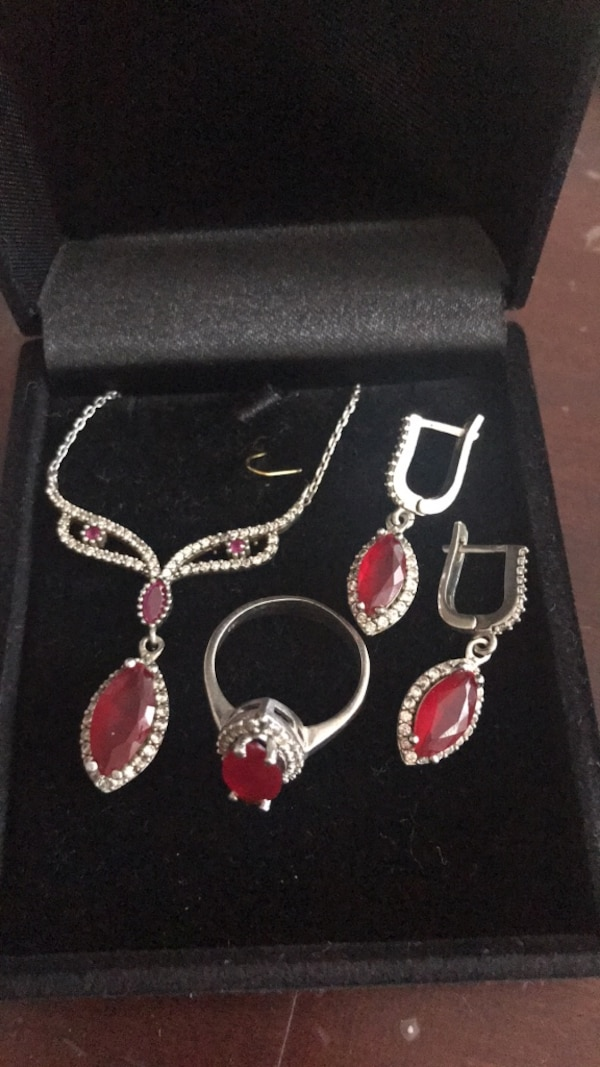 Ruby with small diamonds and size 7 55094e6d-1c1b-4ec9-a876-c1f0c1720f11