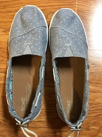Pair of toms gray slip-on shoes size 6 fits like 7 Savannah, 38372