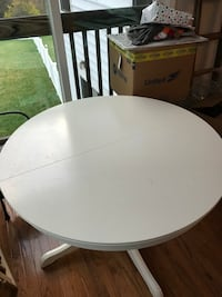 Ikea dining room table with built-in leaf Brunswick, 21716