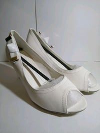 pair of white leather peep-toe heels 557 km