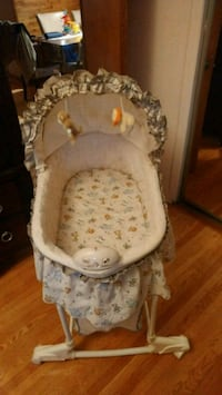 baby's white and gray bassinet Montréal, H1G 2G4