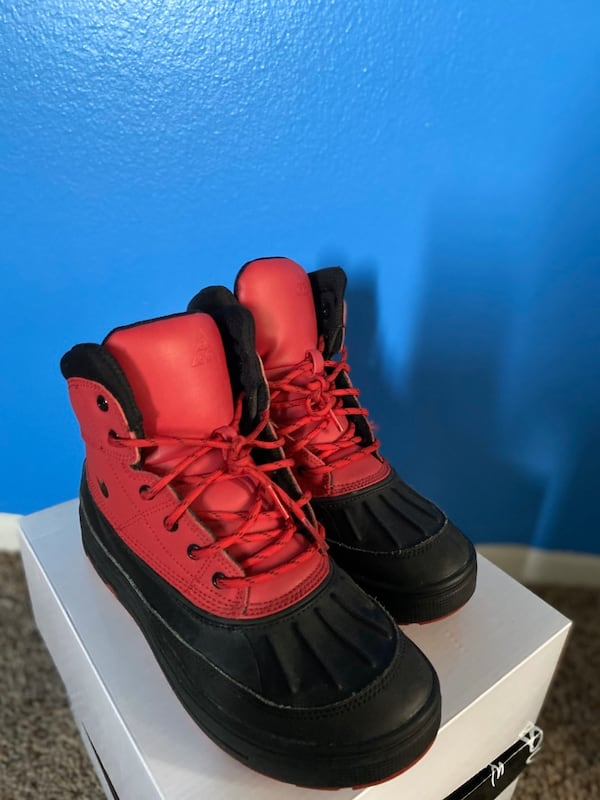 Nike Boots for a steal price!!!!! Size 8 e6d4742a-4460-4c89-aecb-6ddcdbe73368