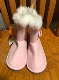 NEW girls' pink booties Size 2 London, N5Z 3E6
