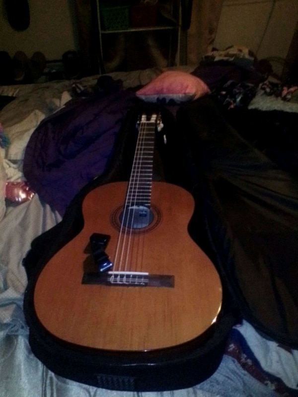Acustic guitar with tuner and case f0e56ee8-2db1-4113-a971-b9dd3a6b36a3