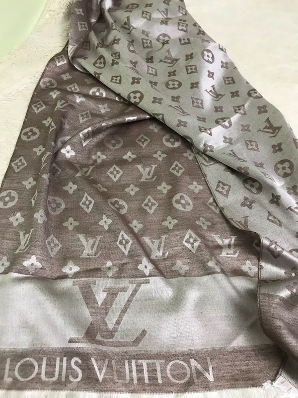 Gorgeous Louis Vuitton scarf, come with box