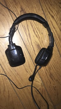 Pair of headset with mic that works for Xbox and ps4, it does have duct tape on one of the sides because it broke but it still works perfectly fine 3491 km