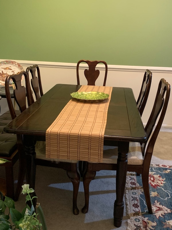 Dining room table and 6 chairs ae3e578b-e74c-45eb-a026-dfef2348450a