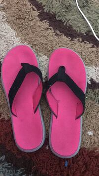 pair of pink-and-black flip flops size8 Springfield, 22150