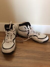 Pair of white-and-black Reebok basketball shoes Regina, S4R