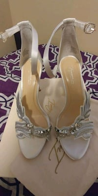 Brand new white heels with box and bag Surrey, V3T 1H9