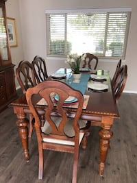 Gorgeous Broyhill Dining Set - Table, Chairs & Illuminated Hutch