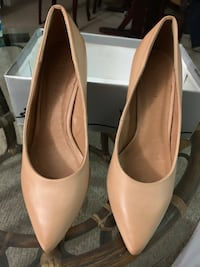 pair of white leather pumps Mississauga, L5B 1K5