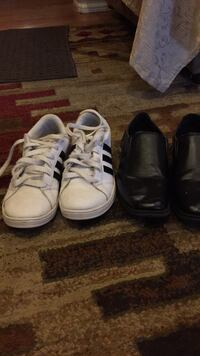Pair of white and black low top sneakers Vancouver, 98661