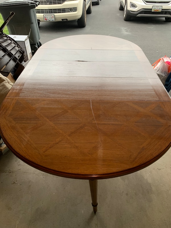 Nice old Dining room table comes with 3 leaves and 2 extra legs a0afad0e-1da8-493e-b7f0-c041aac9c238