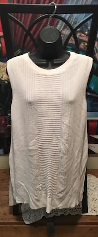 Worthhington women's XL white top in excellent condition with high slits on sides