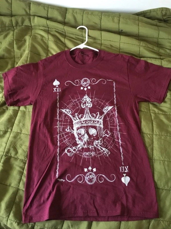 Maroon Unisex Skull w/Crown t-shirt - Size Small