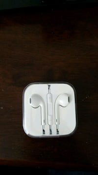 Apple earpods New and never used Port Coquitlam, V3E 3G7