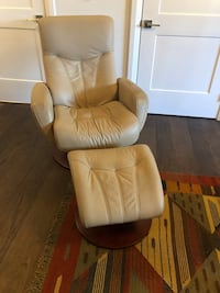 Leather lounger with ottoman