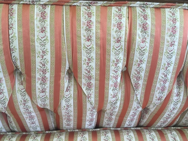 Couch / vintage settee 2e9c9eb8-f56a-4bb4-8ae7-2675bea72af6